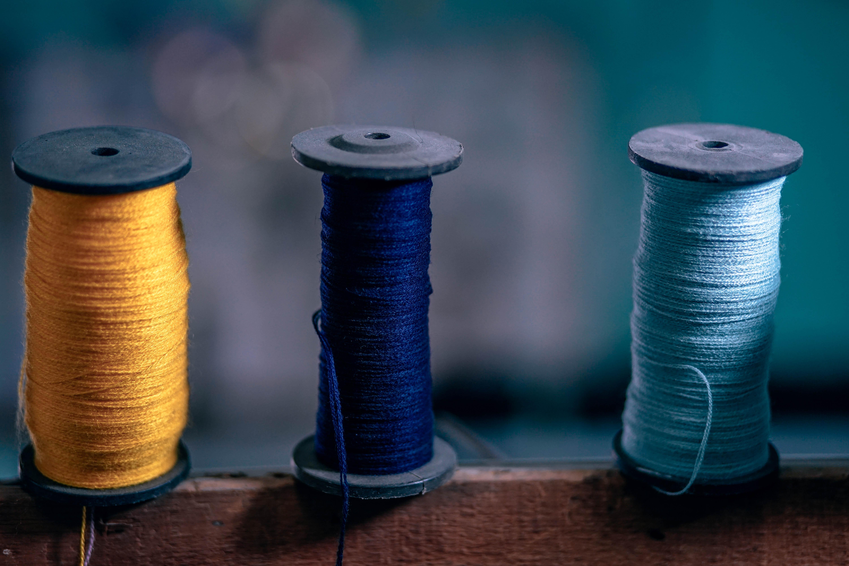 アパレル生産管理が縫い糸の強度を確認する