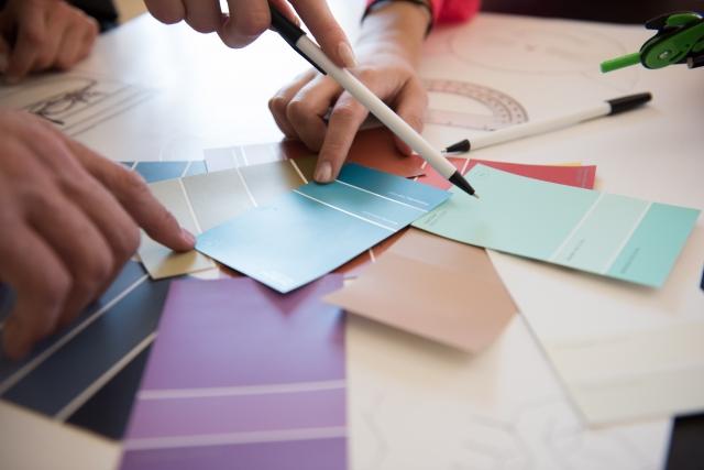 インテリアデザイナーが素材の色決めをしている