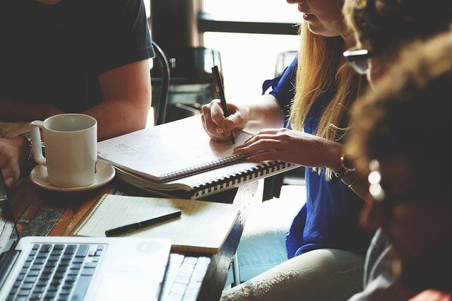OEM営業と生産管理が納期の打合せをする